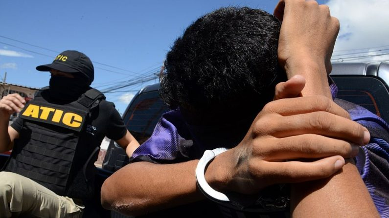 Foto de archivo de un miembro de la Mara Salvatrucha (MS-13) siendo detenido en Tegucigalpa el 20 de mayo de 2016. (ORLANDO SIERRA/AFP via Getty Images)