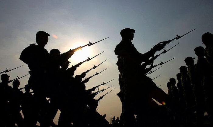 Nuevos reclutas del ejército marchan durante el entrenamiento militar en la Universidad de Guangzhou, en la provincia china de Guangdong, el 20 de septiembre de 2005. (Fotos de China/Imágenes de Getty)