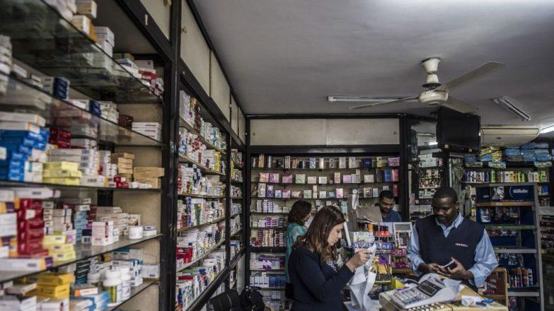 Un empleado vende medicamentos a un cliente en una farmacia el 9 de noviembre de 2016. Imagen de archivo. (Khaled Desouki/AFP a través de Getty Images)