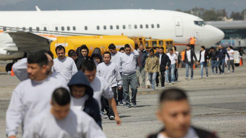 Inmigrantes guatemaltecos deportados de Estados Unidos por el ICE llegan en un vuelo a la ciudad de Guatemala, en febrero de 2019. (Foto de John Moore/Getty Images)