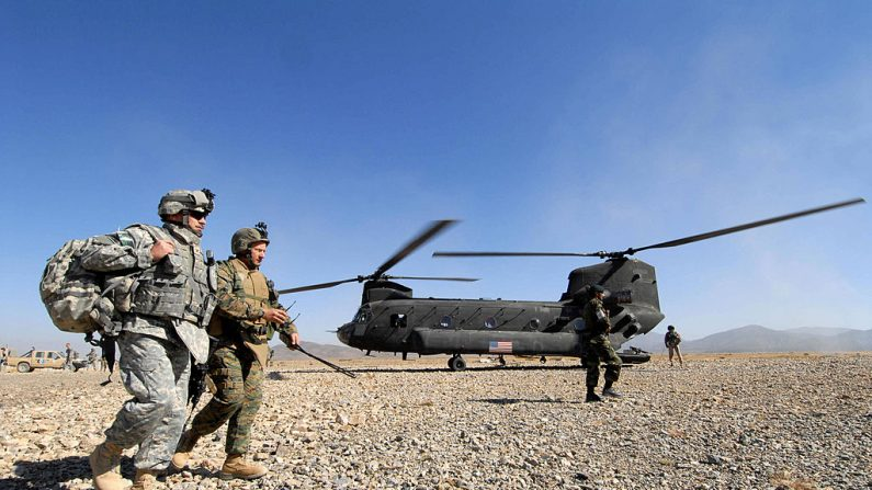 Paktika, AFGANISTÁN: los soldados estadounidenses desembarcan de un helicóptero Chinook en una base de fuego remota cerca de la frontera paquistaní en el distrito de Barmal de la provincia sudeste de Paktika, 22 de octubre de 2006. (SHAH MARAI / AFP / Getty Images)
