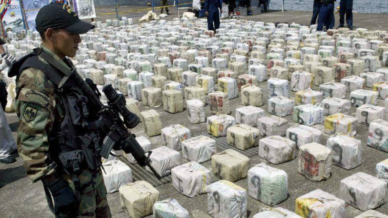 Un soldado colombiano custodia paquetes de cocaína el 1 de mayo de 2007 en Bahía Málaga, departamento del Valle del Cauca, Colombia. (CARLOS JULIO MARTINEZ/AFP/Getty Images)