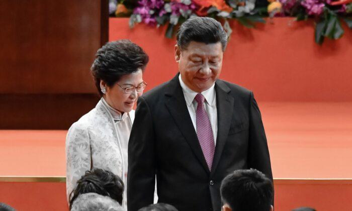 Carrie Lam, Directora Ejecutiva de Hong Kong y el dirigente chino Xi Jinping asisten a una ceremonia de inauguración en Hong Kong, China, el 1 de julio de 2017. (Keith Tsuji/Getty Images)