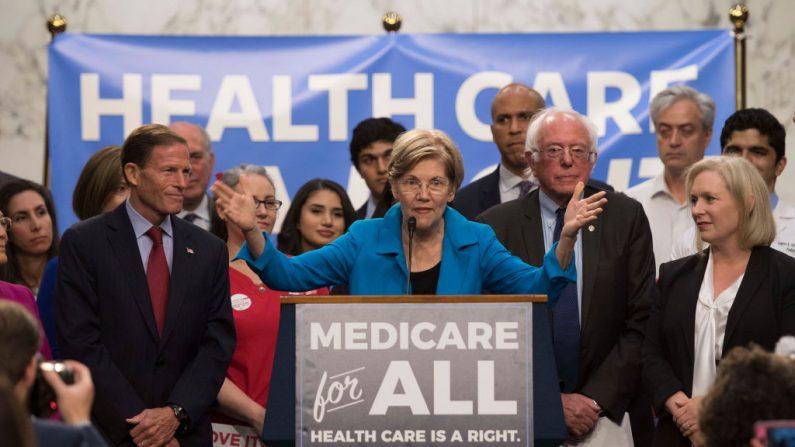 La senadora estadounidense Elizabeth Warren (C), demócrata de Massachusetts, junto con el senador estadounidense Bernie Sanders (2º der), independiente de Vermont, mientras arenga sobre la legislación de 'Medicare para Todos' en el Capitolio de Washington, DC, el 13 de septiembre de 2017. / FOTOGRAFÍA DE AFP / JIM WATSON (Crédito foto: JIM WATSON/AFP vía Getty Images)
