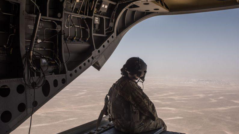 Un helicóptero del Ejército de los EE.UU. vuela sobre en la provincia de Helmand, Afganistán el 11 de septiembre de 2017 - archivo  (Andrew Renneisen/Getty Images)