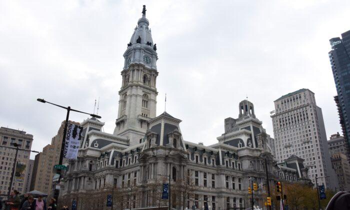 El edificio del Ayuntamiento con la estatua de William Penn en la parte superior se puede observar en el centro de la ciudad de Filadelfia el 3 de diciembre de 2017. Filadelfia es la ciudad más grande de Pensilvania y la sexta ciudad más poblada de los Estados Unidos. (ERIC BARADAT/AFP vía Getty Images)