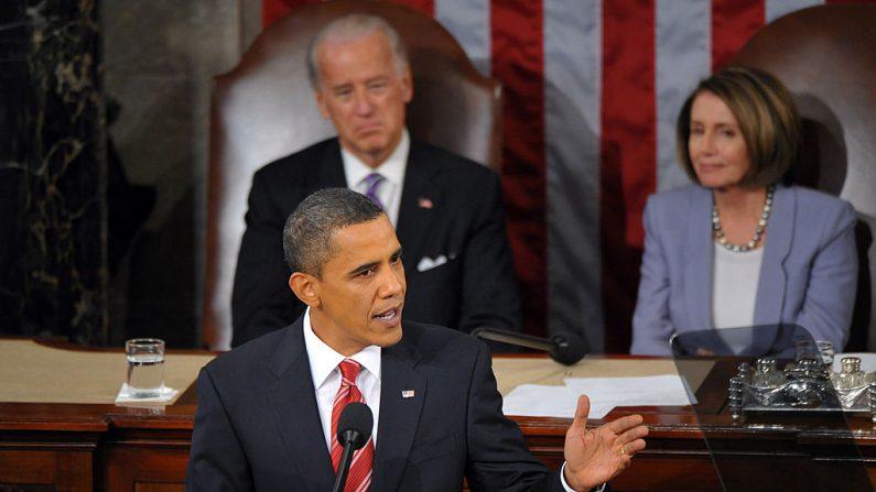 Sentado detrás de Obama está el vicepresidente Joe Biden y la presidenta de la Cámara de Representantes, Nancy Pelosi. (MANDEL NGAN/AFP via Getty Images)