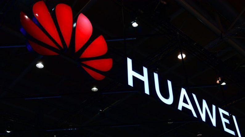 El logotipo de Huawei en la feria de tecnología CeBIT 2018 el 12 de junio de 2018 en Hannover, Alemania. (Alexander Koerner / Getty Images)