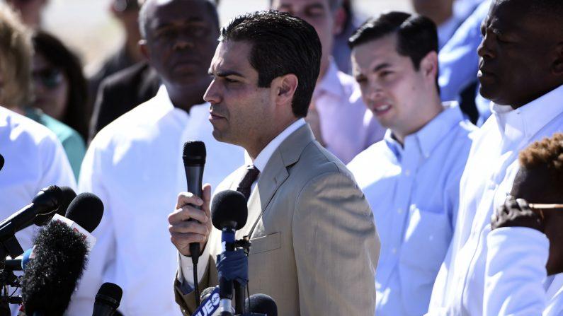 El alcalde de Miami, Francis Suárez, habla con una multitud en el Puerto de Entrada de Tornillo, cerca de El Paso, Texas, el 21 de junio de 2018. (BRENDAN SMIALOWSKI/AFP vía Getty Images)