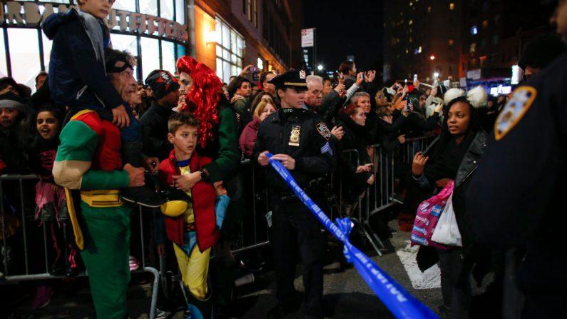 Agentes de policía hacen guardia durante el desfile anual de Halloween luego de algunos actos delictivos. (Kena Betancur/Getty Images)