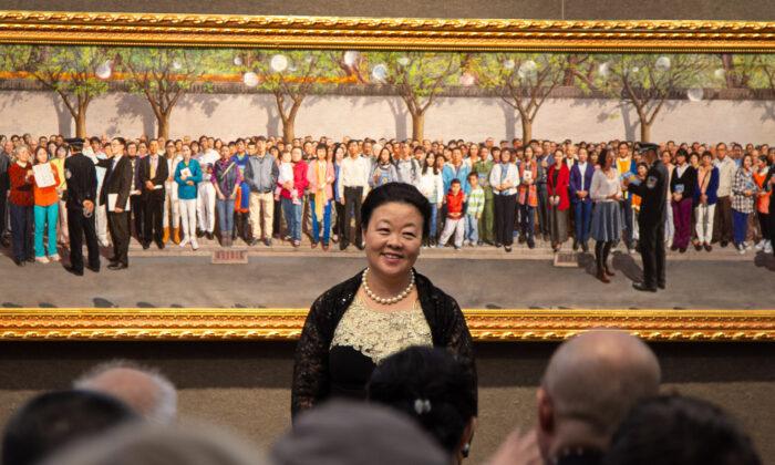 """Haiyan Kong ganó el Premio de Oro en la 5.a Competencia Internacional de Pintura Figurativa NTD, con su obra """"25 de Abril de 1999"""", el 26 de noviembre de 2019, en el Salmagundi Club de Nueva York. (Chung I Ho/ The Epoch Times)"""