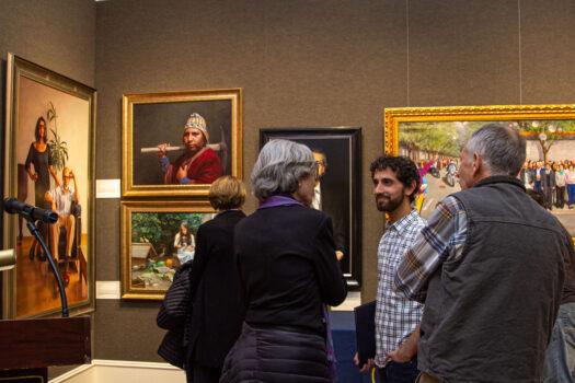 Visitantes a la exposición finalista del 5º Concurso Internacional de Pintura de Figuras NTD