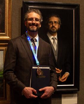 Joseph Daily ganó el Premio de Bronce en el 5º Concurso Internacional de Pintura de Figuras NTD
