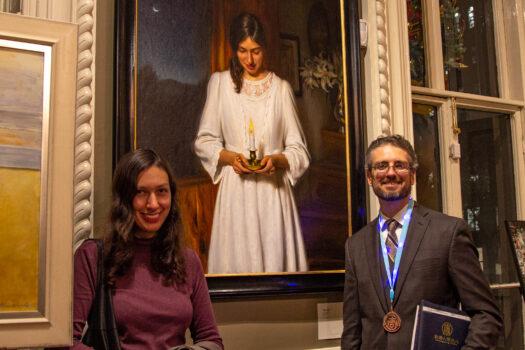 El artista Joseph Daily y su esposa María frente a su retrato