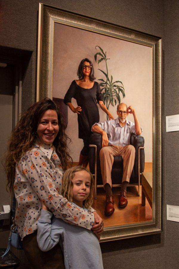 """Miembros de la familia de Ken Goshen con su trabajo """"The Pause"""" en la 5ª exposición del Concurso Internacional de Pintura de Figuras NTD"""