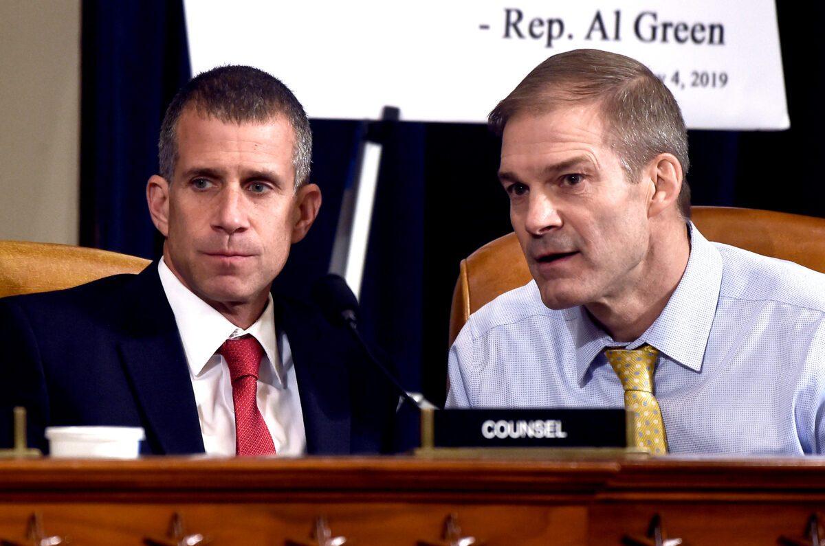 Jim Jordan y Steve Castor durante la primer audiencia de impeachment el 13 de nov, 2019
