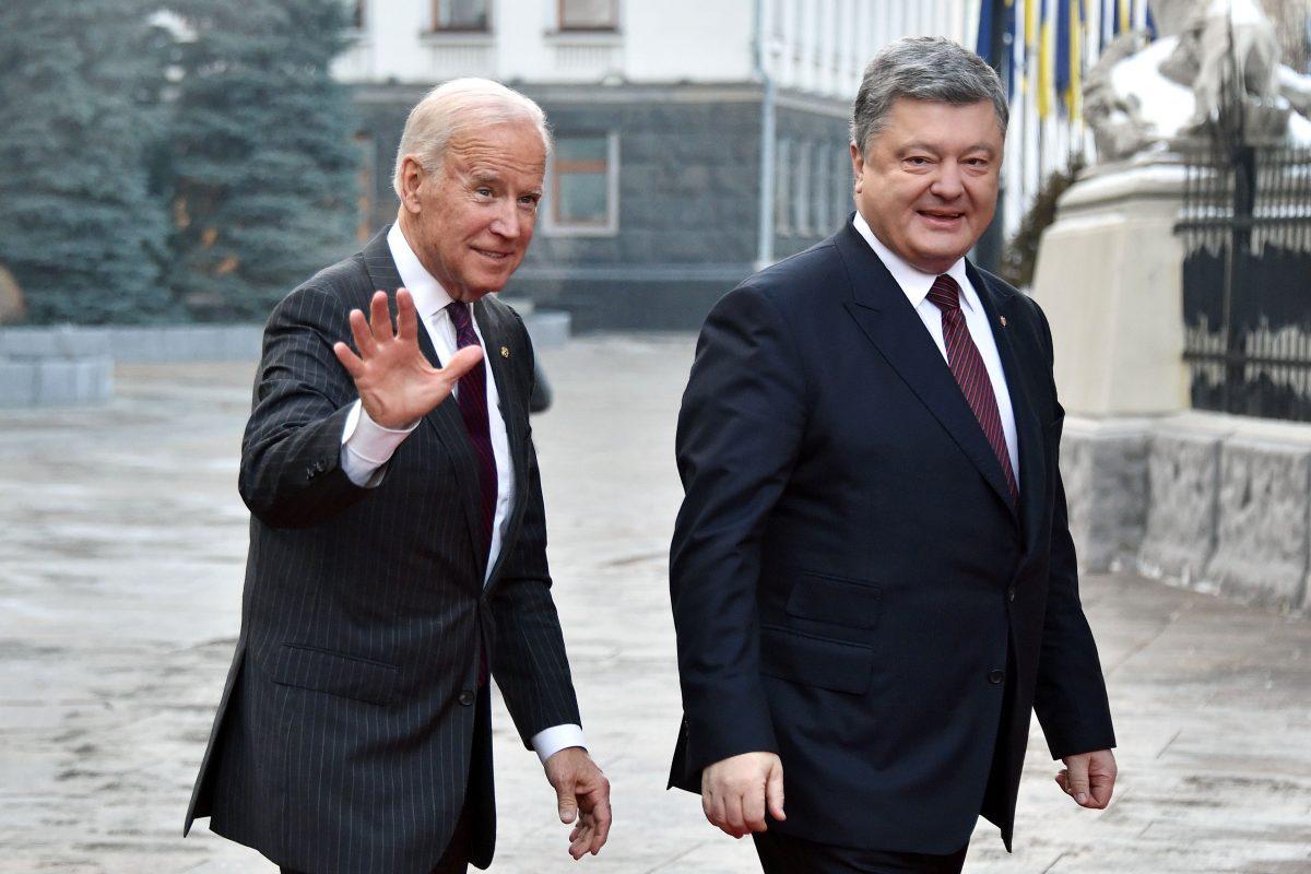 El entonces Vice-Presidente Joe Biden llega a una reunión con el Presidente ucraniano, Petro Poroshenko Kyiv, el 16 de Enero del 2017. (Genya Savilov/AFP/Getty Images)