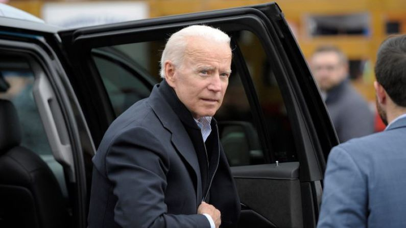 El exvicepresidente Joe Biden llega a un mitin organizado por miembros del sindicato UFCW en Dorchester, Massachusetts, el 18 de abril de 2019. (Joseph Prezioso/AFP/Getty Images)