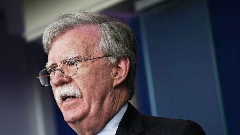John Bolton hablando durante una sesión informativa en la Casa Blanca en Washington, el 3 de octubre de 2018. (Alex Wong/Getty Images)