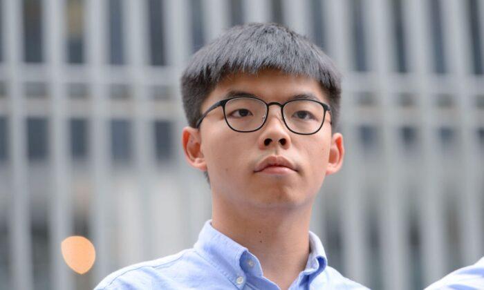 El activista prodemocracia Joshua Wong habla a los medios de comunicación fuera del Consejo Legislativo (LegCo) en Hong Kong el 29 de octubre de 2019. (Sung Pi Lung / The Epoch Times)