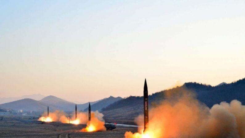 El Ejército Popular de Corea lanzó cuatro misiles balísticos durante un ejercicio militar en un lugar no revelado de Corea del Norte, en una fotografía fechada el 7 de marzo de 2017. (AFP/Getty Images)