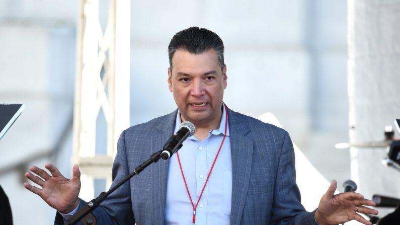 El Secretario de Estado de California, Alex Padilla, habla en Pershing Square en Los Ángeles el 20 de enero de 2018. (Amanda Edwards / Getty Images para The Women's March Los Angeles)