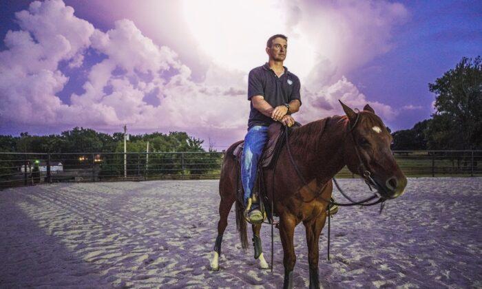 Patrick Benson es el cofundador de War Horses for Veterans. La organización ayuda a los veteranos de combate a adaptarse a la vida civil. (Cortesía de Joseph Williams)