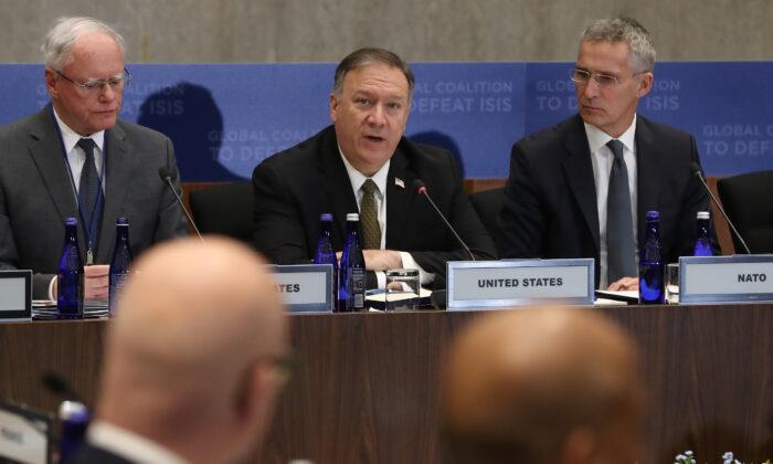 El secretario de Estado de Estados Unidos Mike Pompeo (C) habla durante una reunión de la Coalición Mundial para Derrotar a ISIS, en el Departamento de Estado, el 14 de noviembre de 2019 en Washington, DC.   (Mark Wilson/Getty Images)
