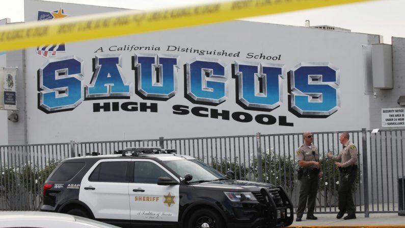Los ayudantes del sheriff del Condado de Los Ángeles se sitúan frente a la escuela secundaria Saugus High School después de un tiroteo mortal en Santa Clarita, California, el 15 de noviembre de 2019. (Mario Tama/Getty Images)