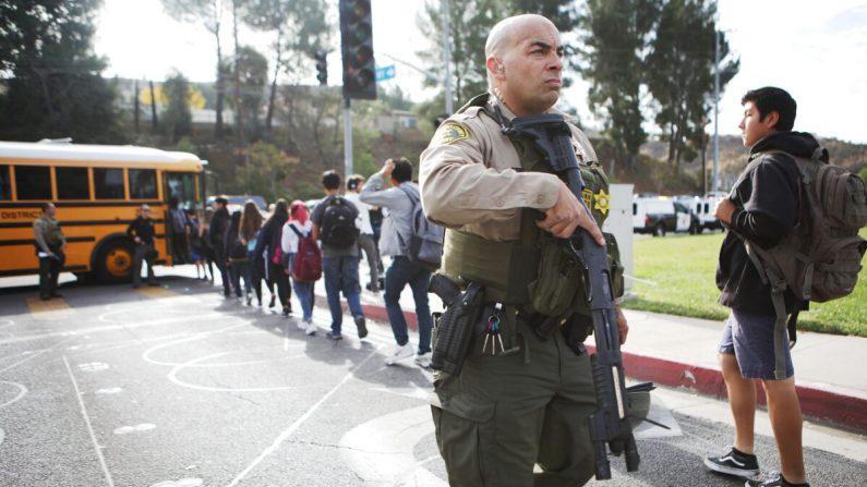 Los estudiantes son evacuados de la Escuela Secundaria Saugus a un autobús escolar después de que un tiroteo en la escuela dejó dos estudiantes muertos y cuatro heridos en Santa Clarita, California, el 14 de noviembre de 2019. (Mario Tama/Getty Images)