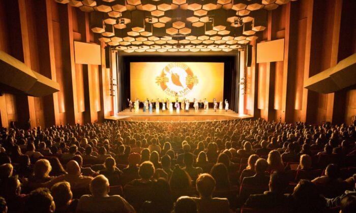 Saludo final de la Compañía de Gira de Shen Yun Performing Arts en Jones Hall for the Performing Arts, en Houston, el 22 de diciembre de 2017. (Larry Dye / The Epoch Times)