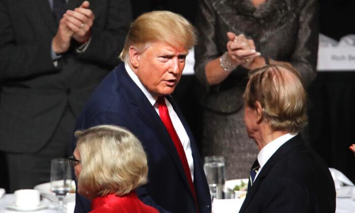 El presidente Donald Trump sale del podio después de hablar en el Club Económico de Nueva York en la ciudad de Nueva York el 12 de noviembre de 2019. (Spencer Platt/Getty Images)