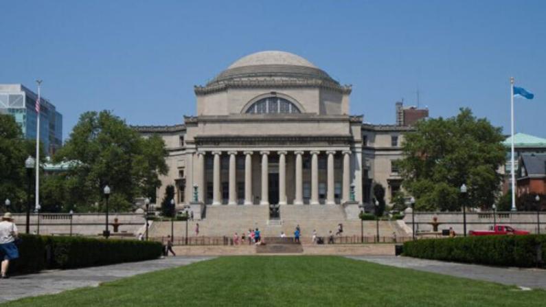 El campus de la Universidad de Columbia con la Biblioteca Low Memorial en primer plano en Manhattan el 21 de junio. (Benjamin Chasteen/La Gran Época)