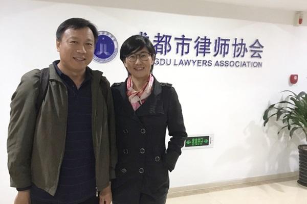 """La abogada china de derechos humanos Wang Yu, aclamada como la """"abogada más valiente de China"""", y su esposo Bao Longjun en esta foto sin fecha. Bao también es abogado y apoya sin reservas la labor de Wang en materia de derechos humanos. (Foto cortesía de Wang Yu)"""