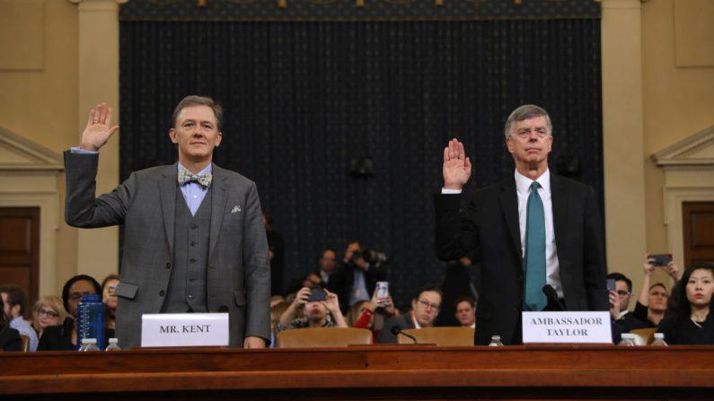 El principal diplomático estadounidense en Ucrania, William Taylor, a la derecha, y el oficial de carrera del Servicio Exterior George Kent, testifican ante el Comité de Inteligencia de la Cámara de Representantes en Capitol Hill, en Washington, el 13 de noviembre de 2019. (Chip Somodevilla/Getty Images)