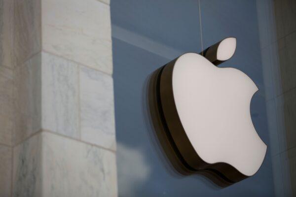 El logotipo de Apple se ve en el exterior del Apple Store en Washington