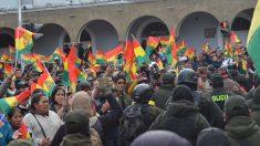 """""""No hay dos Bolivias"""": Policías de Santa Cruz quitan la whipala de sus uniformes"""