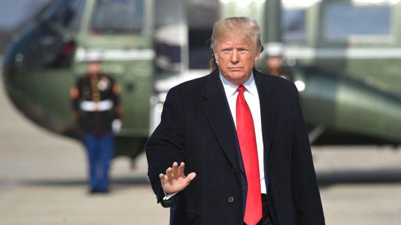 El presidente Donald Trump se dispone a subir al Air Force One antes de salir de la base Andrews de la Fuerza Aérea en Maryland, el 20 de noviembre de 2019. (Mandel Ngan/AFP vía Getty Images)