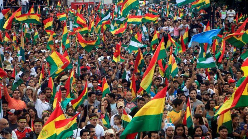 Ciudadanos bolivianos celebran la renuncia del presidente boliviano Evo Morales en Santa Cruz (Bolivia) (EFE / Juan Carlos Torrejón)