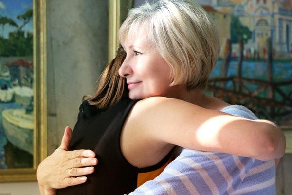 Abuela abrazo alegría compasión