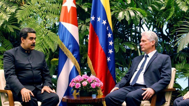 O presidente cubano Miguel Diaz Canel (D) e o presidente venezuelano Nicolas Maduro (E) se encontram no Palácio da Revolução em Havana em 21 de abril de 2018 (Foto de ERNESTO MASTRASCUSA / AFP via Getty Images)