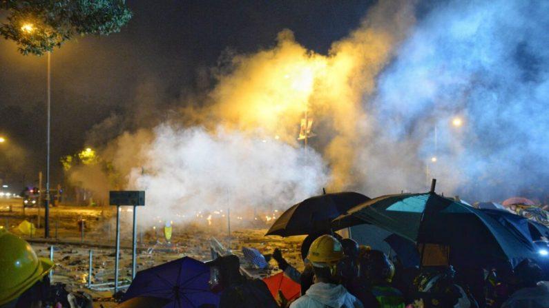 La policía se enfrenta a los manifestantes en la Universidad Politécnica de Hong Kong el 17 de noviembre de 2019. (Sung Pi Lung/The Epoch Times)