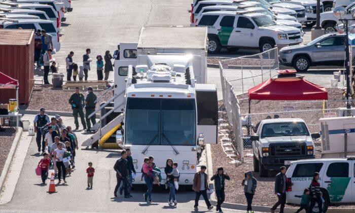 Los migrantes abordan los autobuses para llevarlos a los refugios después de ser liberados de la detención migratoria en la Aduana y Protección Fronteriza - Estación de Patrulla Fronteriza en El Paso el 28 de abril de 2019. (PAUL RATJE/AFP  vía: Getty Images)
