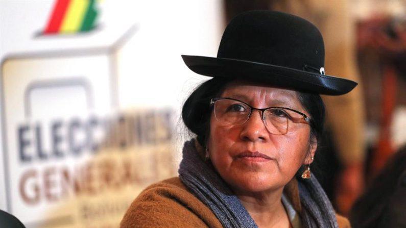 Fotografía de archivo del 25 de mayo de 2019 que muestra a la presidenta de Tribunal Supremo Electoral (TSE) de Bolivia, María Eugenia Choque Quispe, mientras presenta el calendario para las elecciones generales de octubre en Bolivia, en La Paz (Bolivia). (Vía: EFE/Martín Alipaz/Archivo)