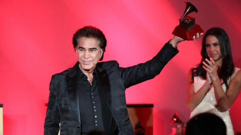 José Luis Rodríguez acepta el Premio a la Excelencia Musical en los Grammy Latinos el 13 de noviembre de 2019 en Las Vegas, Nevada. (Rich Fury/Getty Images)