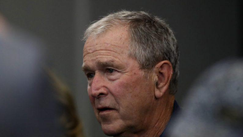 El expresidente George W. Bush mira el partido de la NFL entre los Dallas Cowboys y los Green Bay Packers en el estadio AT&T en Arlington, Texas, el 6 de octubre de 2019. (Ronald Martinez/Getty Images)