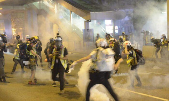 La policía disparó gas lacrimógeno contra periodistas en un centro comercial en Tsuen Wan, Hong Kong, el 10 de noviembre de 2019. (Gordon Yu/La Gran Época)