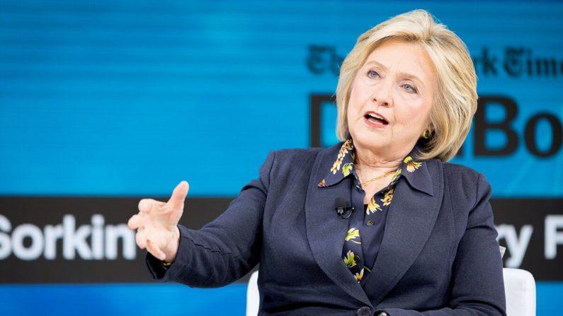 Hillary Rodham Clinton, exprimera dama, habla en el escenario en el New York Times Dealbook 2019 en la ciudad de Nueva York el 6 de noviembre de 2019. (Michael Cohen/Getty Images para The New York Times)