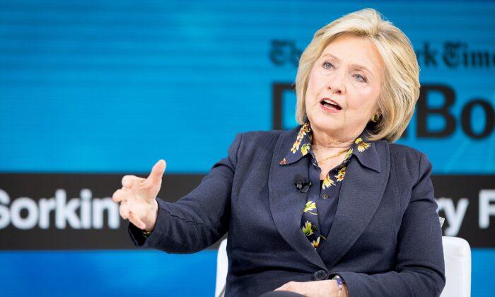 Hillary Clinton habla en el escenario del New York Times Dealbook 2019 en la ciudad de Nueva York el 6 de noviembre de 2019. (Michael Cohen/Getty Images)