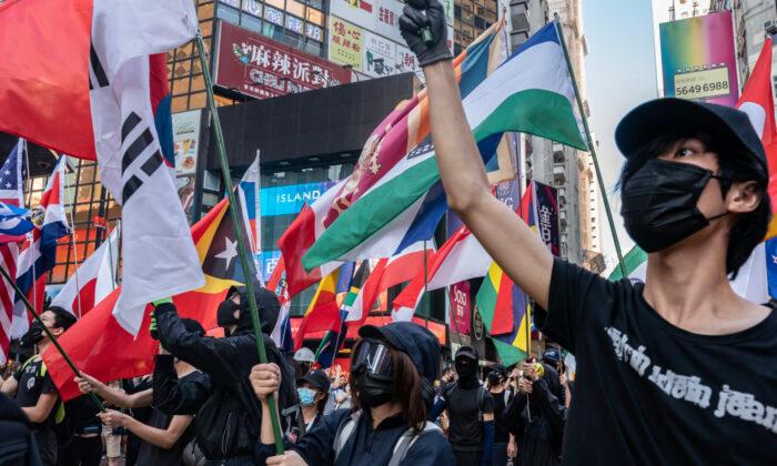 Manifestantes pro-democracia agitan banderas mientras participan en una manifestación en Hong Kong, el 2 de noviembre de 2019. (Anthony Kwan/Getty Images)